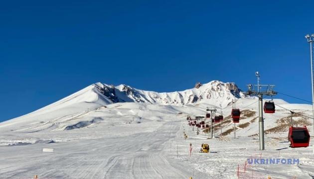 Зимовий відпочинок по-турецьки: сніг, вулкан і калина