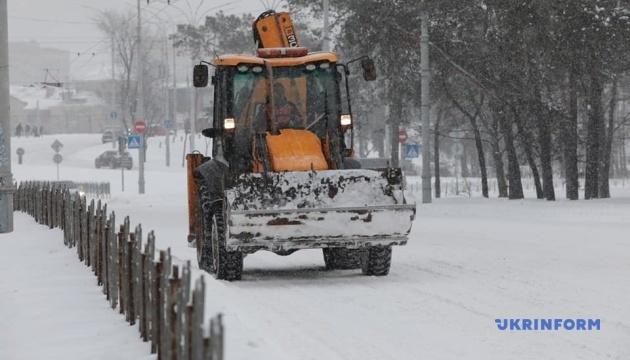 Сніг на дорогах України прибирають майже 1,7 тисячі одиниць техніки й дві тисячі робітників
