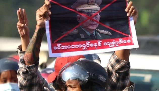 У М'янмі під час протестів поліція застосувала гумові кулі і сльозогінний газ