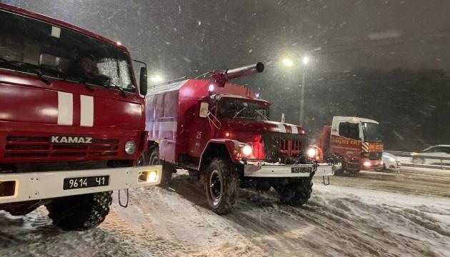 Зі снігових заметів витягли 13 «швидких» і 10 автобусів