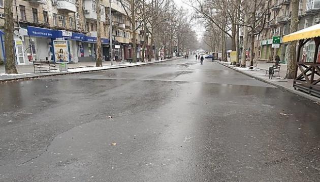Миколаївець зіграв у хокей на замерзлій після дощу центральній площі міста