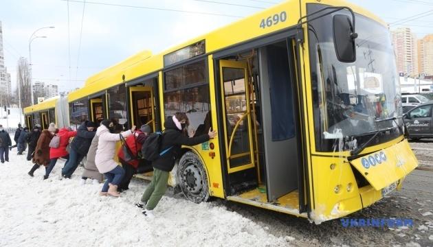У Києві пасажири штовхали автобус, що «застряг» у снігу