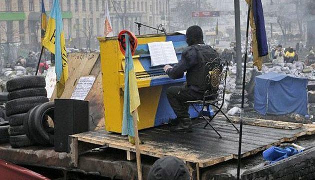 Революція Гідності: на барикадах дали концерт із синьо-жовтим піаніно