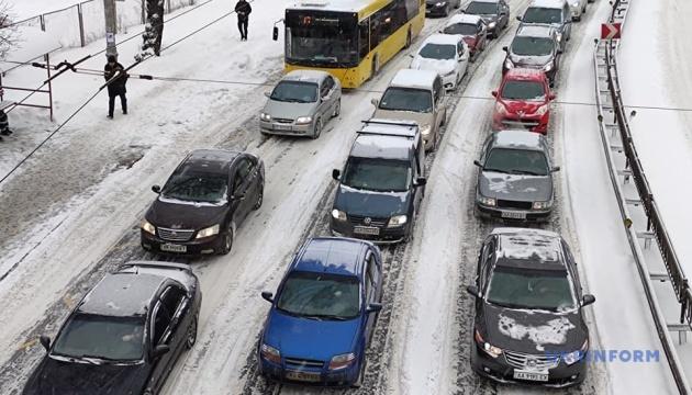 Kyjiw in Schneefalle: auf Straßen unendliche Staus