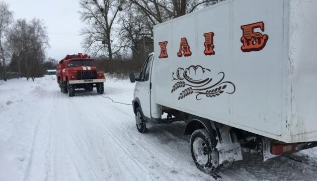 На Чернігівщині рятувальники витягують зі снігу вантажівки та «швидкі»