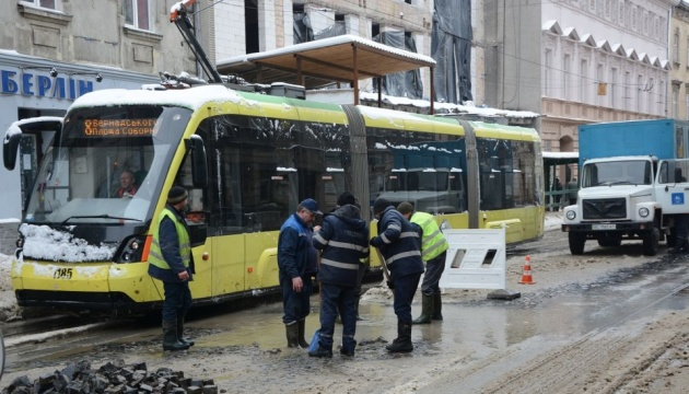 У центрі Львова прорвало трубу – воду відключили, вулицю перекрили