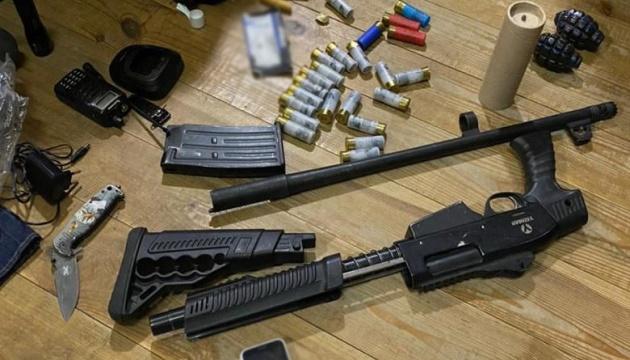 У столичній будівлі, яку блокував Нацкорпус, знайшли зброю та гранати