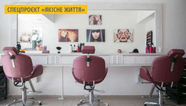 У Києві запустили проєкт, який навчатиме жінок зі складною долею основам перукарської майстерності