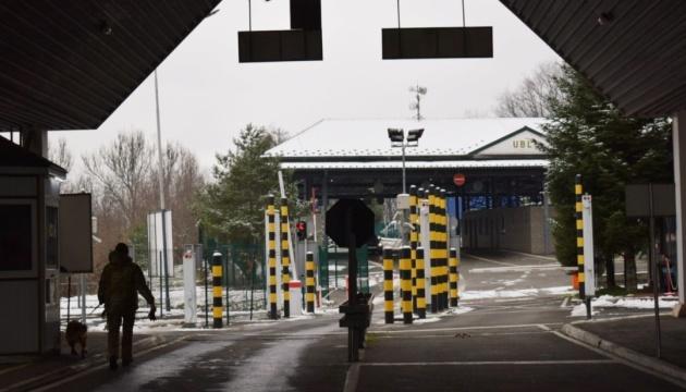 На границе с Польшей и Венгрией «застряли» более 200 авто