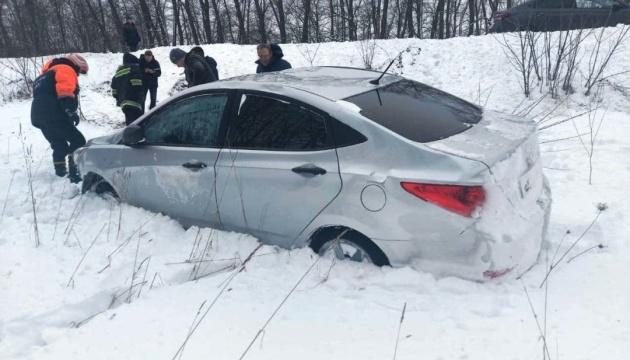 На Прикарпатті рятувальники витягнули зі снігових заметів 15 авто