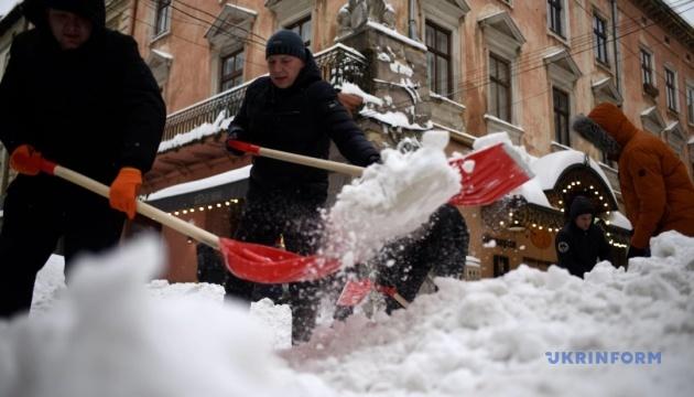 На Київ суне сніг, дощ та вітер — комунальники напоготові