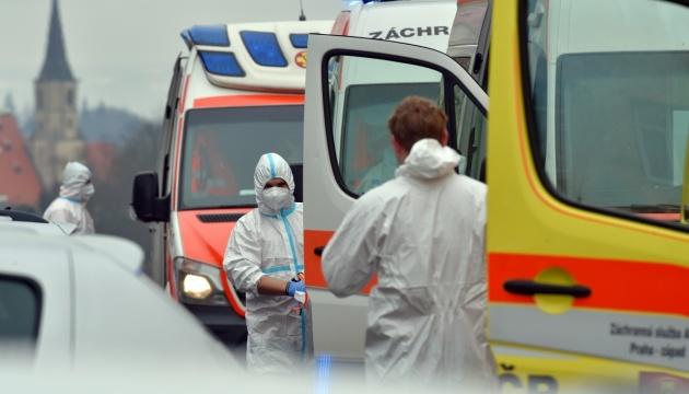 Чехія ізолює райони, закриває школи та одягає всіх у медичні маски