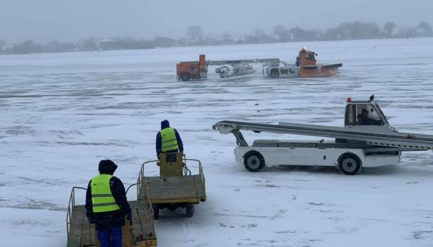 Авиарейс «Стамбул-Львов» перенесли из-за снегопадов