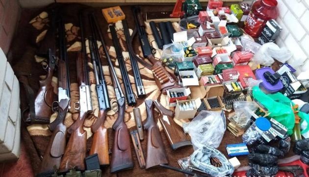 Рушниці, пістолети та автомати: у херсонця знайшли арсенал зброї
