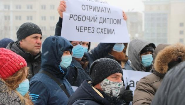 Моряки пришли с протестом под Херсонскую ОГА