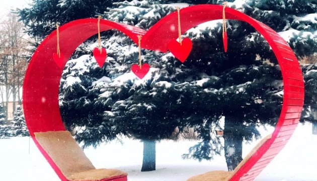 Ко Дню влюбленных в двух парках столицы появились тематические инсталляции