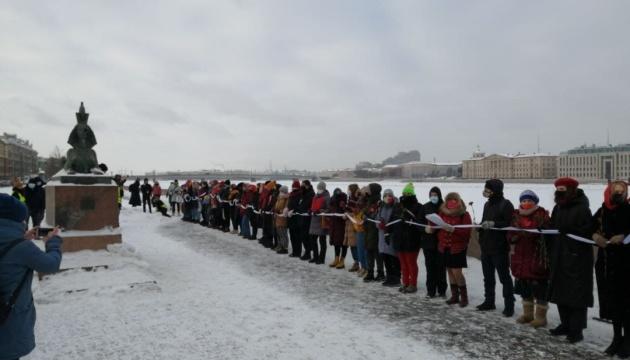 У Росії жінки створили «ланцюги солідарності» на підтримку політв'язнів