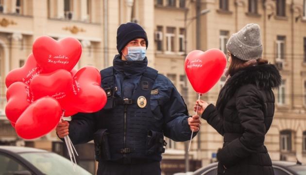 У Харкові та Маріуполі нацгвардійці дарували перехожим валентинки