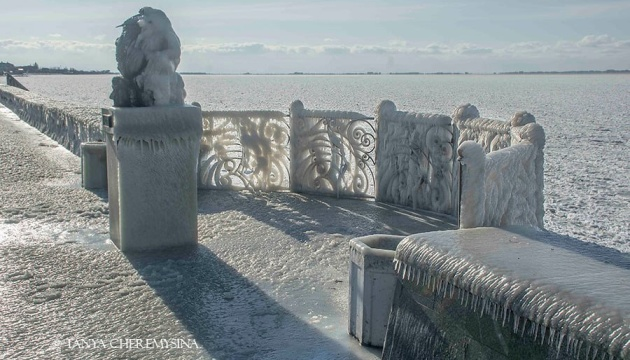 Зимняя сказка: набережная Бердянска покрылась льдом