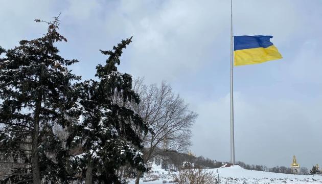 Головний прапор України знову приспускають через погоду