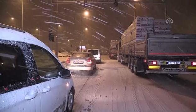 В Турции из-за снегопадов произошли несколько крупных ДТП, есть погибший