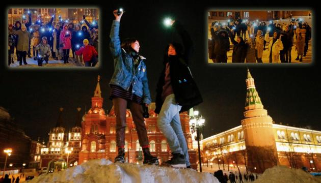 Ліхтарики проти кийків: у Росії продовжуються акції протесту проти режиму Путіна