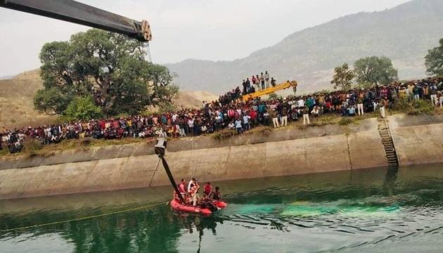 В Индии автобус упал с моста: не менее 40 погибших
