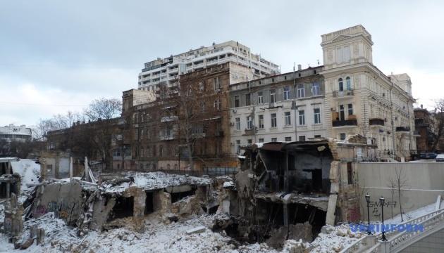 Аварийное здание в центре Одессы может упасть на дорогу