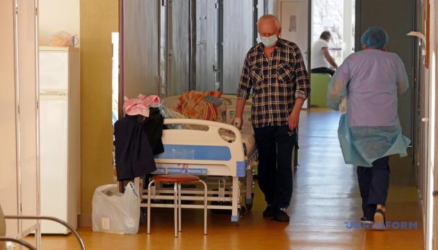 Пациенты в коридорах и столовых: в больнице Франковска не осталось свободных COVID-коек
