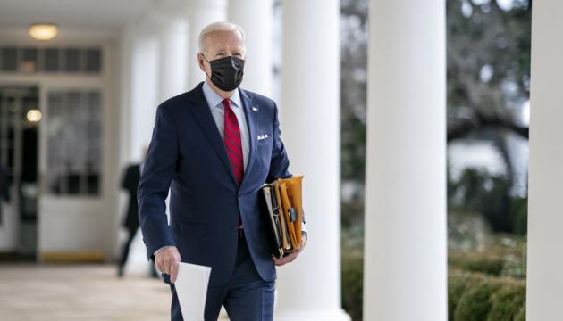 Joe Biden exhorte Vladimir Poutine à favoriser une désescalade des tensions avec l'Ukraine