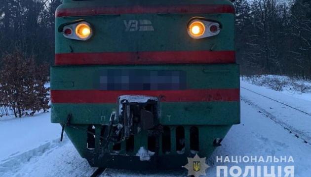 Товарний поїзд врізався у легковик, є загиблий