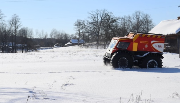 Негода на Чернігівщині: рятувальники вперше доставили допомогу снігоболотоходом