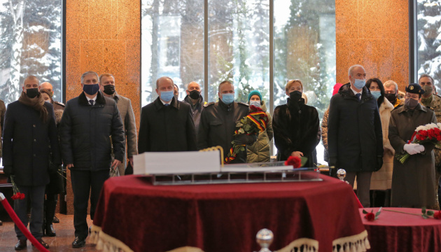 Послы Германии и Франции почтили память героев, погибших на Донбассе
