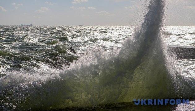 Шквальный ветер и двухметровые волны: на Азовском море - штормовое предупреждение