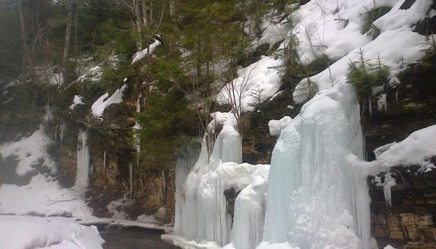 На Львовщине в нацпарке «Сколевские Бескиды» замерзли водопады