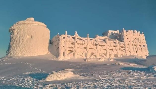 Обсерваторія на горі Піп Іван перетворилася на снігову фортецю