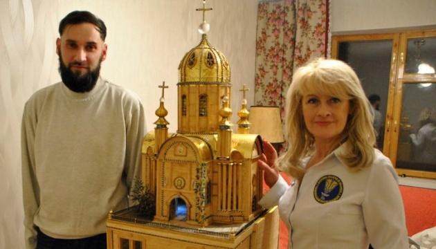 Харьковчанин 22 года делал макет храма из спичек, бисера и золота