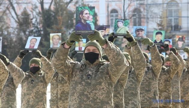 В Харькове курсанты с портретами героев Небесной сотни выстроились в журавлиный клин