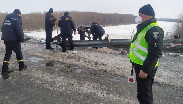 На Чернігівщині вантажівка пробила огорожу і впала у Десну, працюють водолази