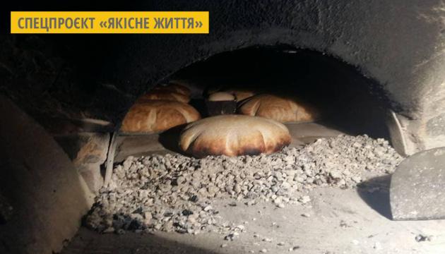 На Хмельниччині печуть домашній бездріжджовий хліб за авторським рецептом