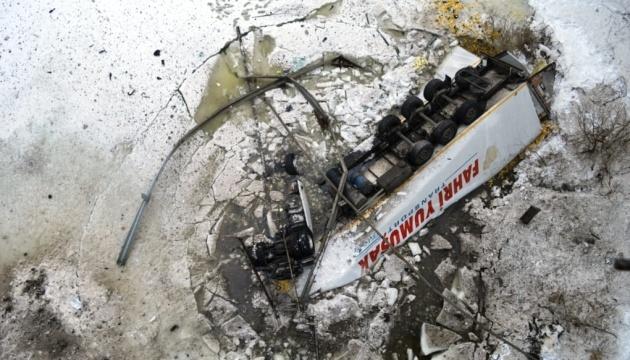 З Десни підняли вантажівку, що впала з 20-метрової висоти. У річці - 1000 літрів дизеля