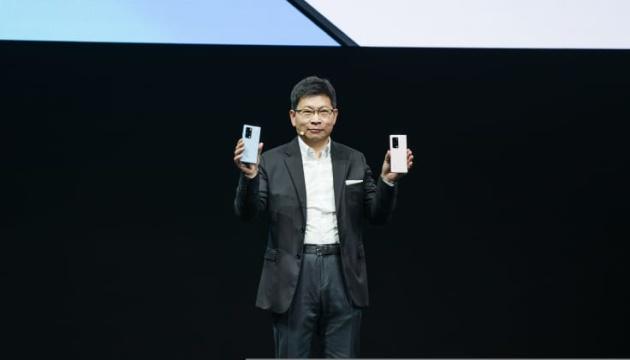 Гибкий экран и собственная «операционка»: Huawei представил новый смартфон