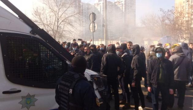 Под судом в Одессе жгут шины, чтобы не дать увезти Стерненко в СИЗО
