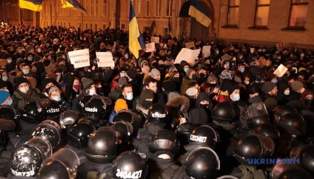 活動家への有罪判決受け、各地で大型抗議
