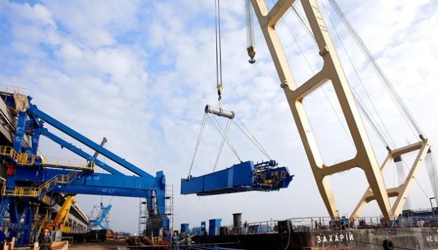 У Запоріжжі за допомоги крану «Захарій» почали монтаж тимчасових опор вантового мосту