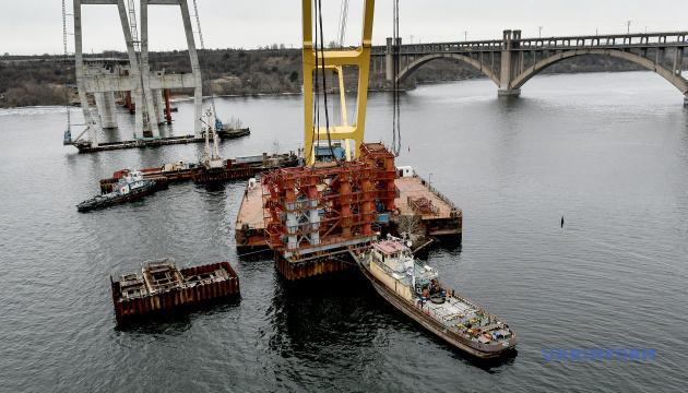 Ремонтні роботі на крані, що будує міст у Запоріжжі, завершуватимуть на плаву