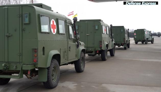 Латвия передала украинским военным медицинские автомобили