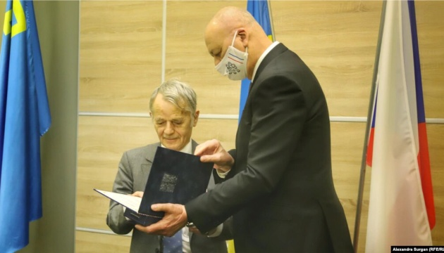 Посол Чехії вручив Джемілєву медаль «За заслуги в дипломатії»