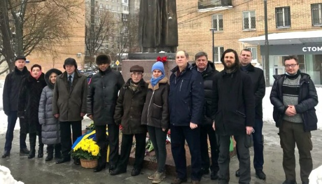 Українці Москви поклали квіти до пам'ятника Лесі Українці
