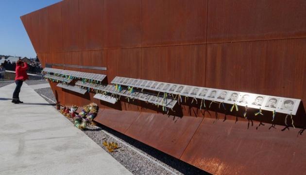 Киянин розбив скляну огорожу Меморіалу Небесної Сотні у Львові
